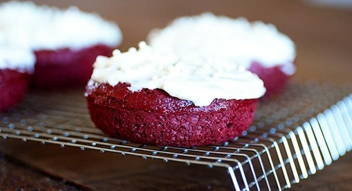 red-velvet-cake-kleine-rote-muffins-aus-rotem-teig-mit-sahne-creme-darauf-auf-gitter-gestellt