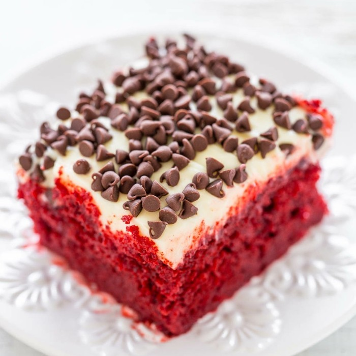 red-velvet-cake-mit-glasur-von-weisser-schokolade-und-dunklem-schoko-chips-nachtisch-ideen