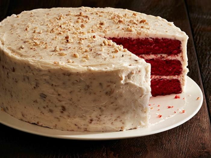 red-velvet-cake-rezept-hausgemachter-kuchen-in-rot-und-mit-weisser-creme-nuesse-als-dekoration-nutzen-selber-kochen