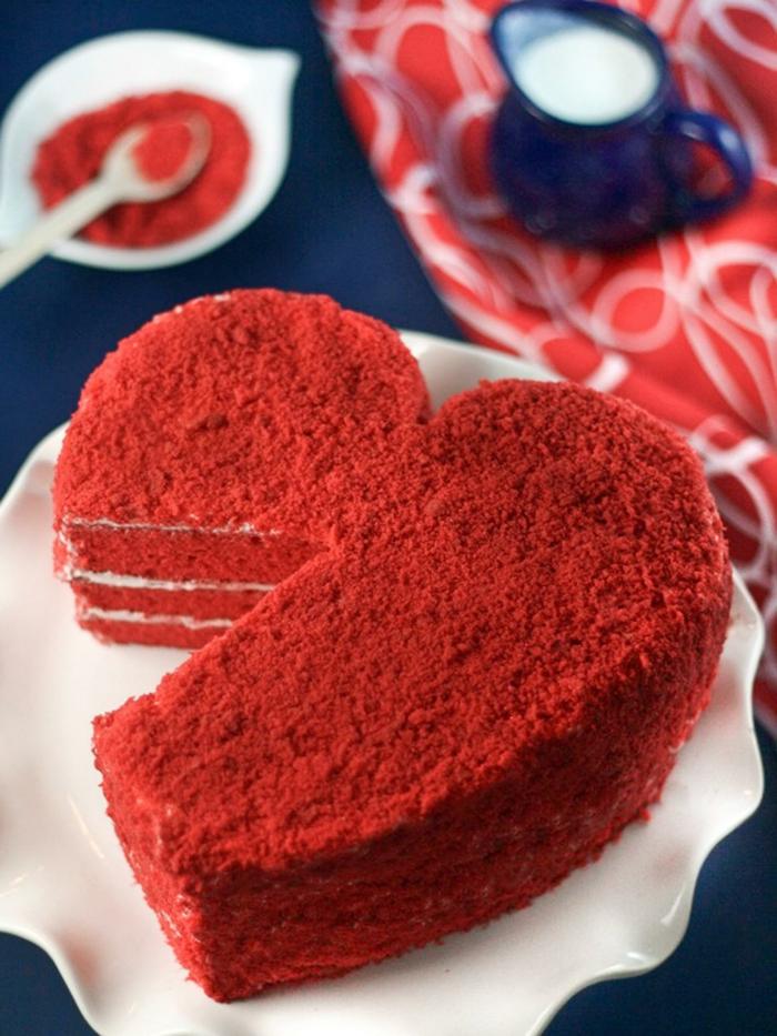 red-velvet-cake-rezept-roter-kuchen-in-form-von-einem-herz-besonders-aktuell-fuer-romantische-momente-valentinstag-paar