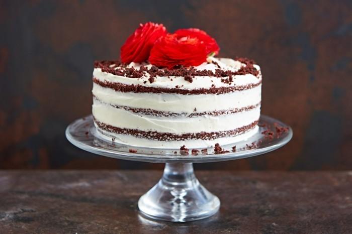 red-velvet-cake-torte-mit-rotem-kuchen-sahne-topper-rote-rosa-blumen-aus-fondant-essbare-rosen-kuchen