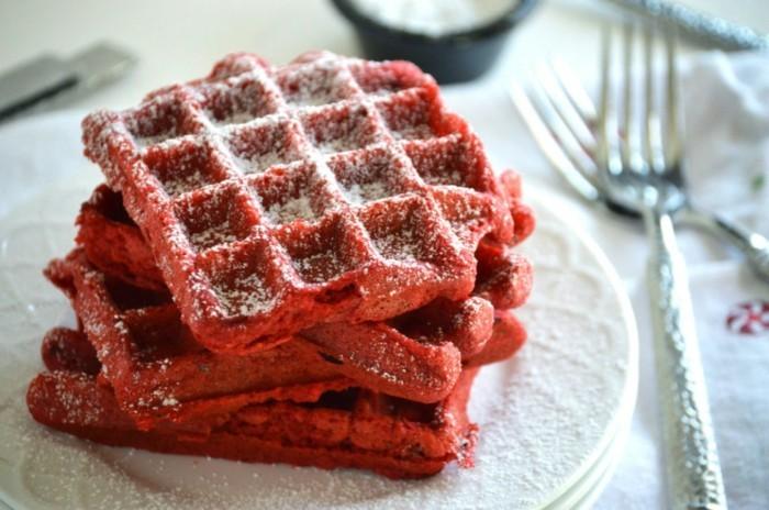 red-velvet-kuchen-rezept-belgische-waffel-in-rot-durch-rote-lebensmittelfarbe-gestalten-tolle-idee-kreatives-essen-kochen