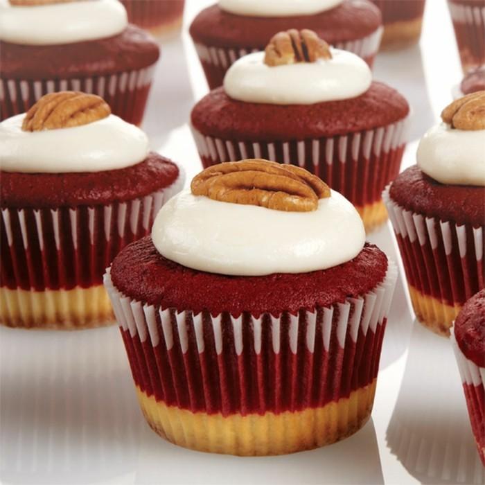 red-velvet-kuchen-rezept-bunte-idee-fuer-muffins-weiss-rot-weiss-und-dann-dekoriert-mit-einem-walnuss-gourmet-ideen
