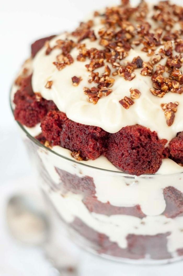 red-velvet-kuchen-rezept-kuchen-zogurt-sahne-nuesse-karamel-nuesse-deko-tolle-idee-fuer-rezept-roter-nachtisch