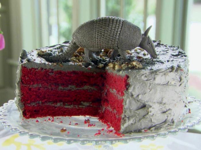 red-velvet-kuchen-torte-zum-geburtstag-eines-kindes-rot-und-grau-mit-fondant-figur-von-tier-darauf-freude-bereiten