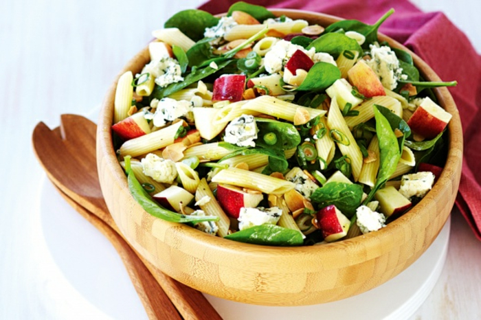 Nudelsalat mit Basilikum, Käse und Äpfeln