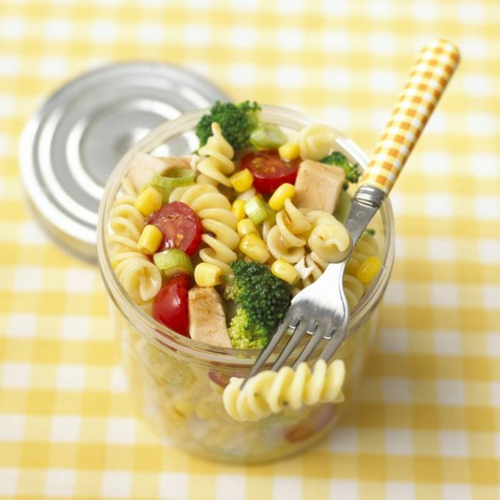Nudeln mit Broccoli, Cherrytomaten, Mais und Hänchenfleisch