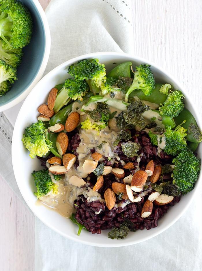 schwarzer reis rezept mit gemüsen in grüner farbe kombinieren veganes essen vegane speise brokkoli