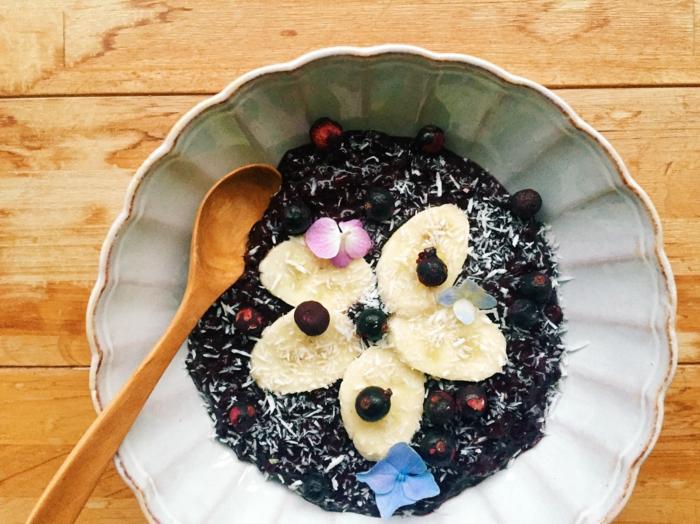 schwarzer reis rezept milchreis in schwarzer farbe deko aus bananen und blaubeeren essbare blume