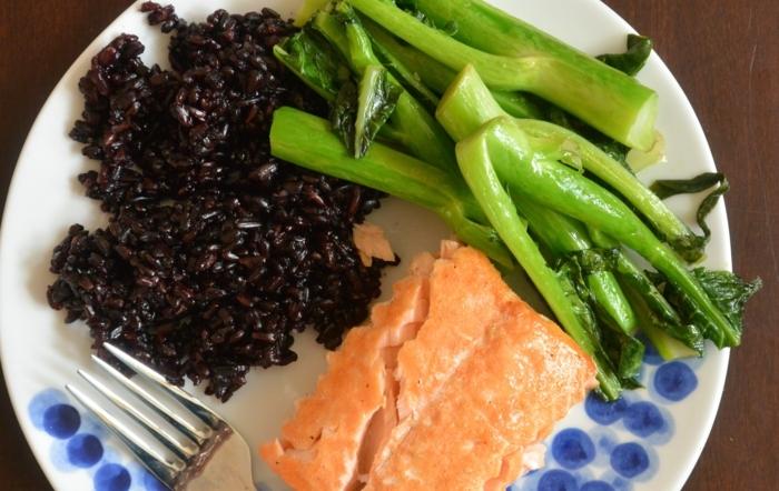 schwarzer reis rezept gesunde leckere speise reis lachs brokkoli ausgewogene ernährung