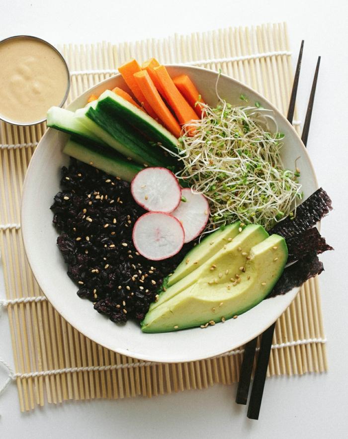 schwarze reis idee für gestaltung rübe avokado gurke möhren senf soße soja stäbchen