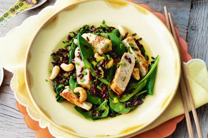 schwarze reis salat mit hänchen spinat grüne blättersalat kaschew fleisch fillet eiweis und kohlenhydrate