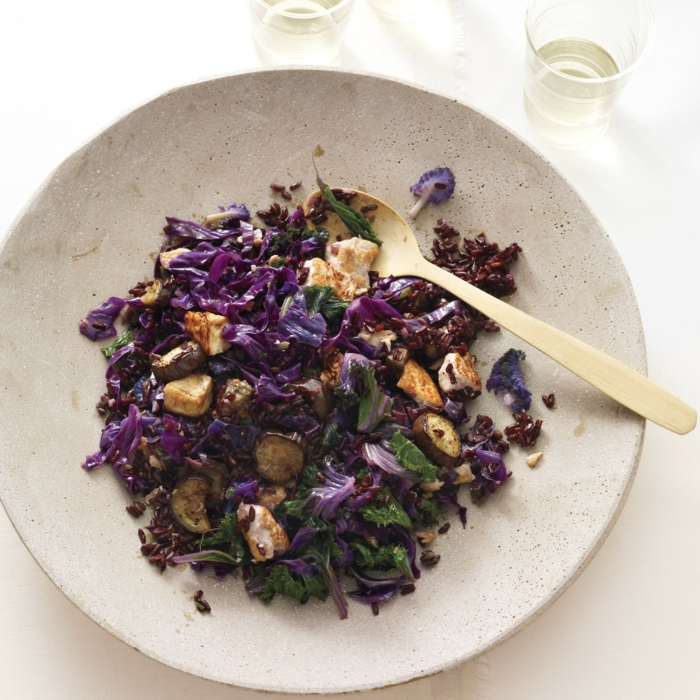 schwarze reis lila teller weißer und schwarzer reis kombinieren heißt lila speise schönes essen bunt