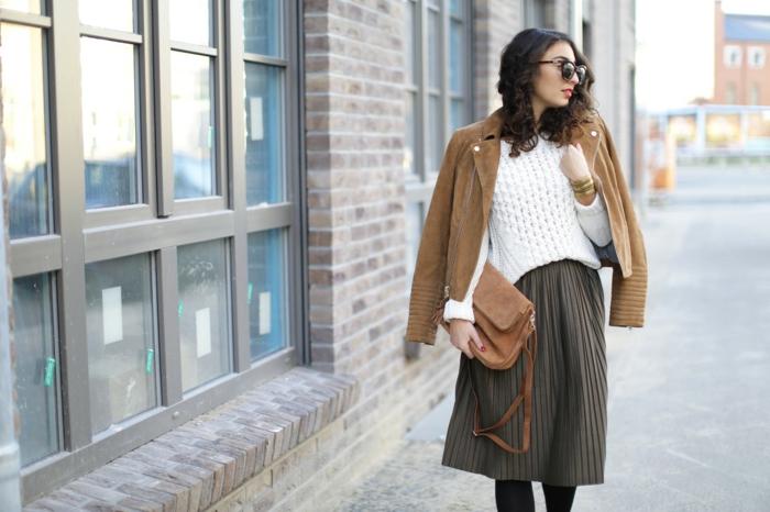 smart casual damen rock mit plisee beige tasche und jacke weißer pulli brille model frau