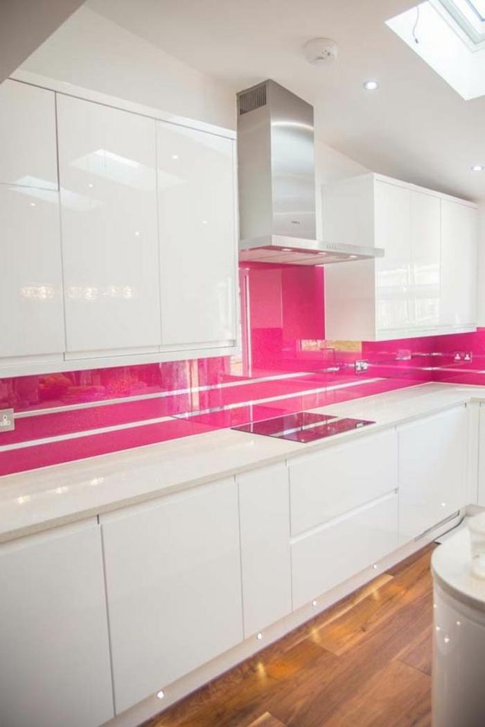 kpche in weiß mit küchenrückwand in rosa mit silbernen linien