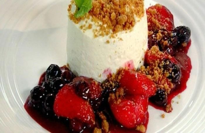 rote-gruetze-kuchen-eis-vanilla-kekse-klein-schneiden-und-damit-die-creme-bedecken-bunte-fruechte