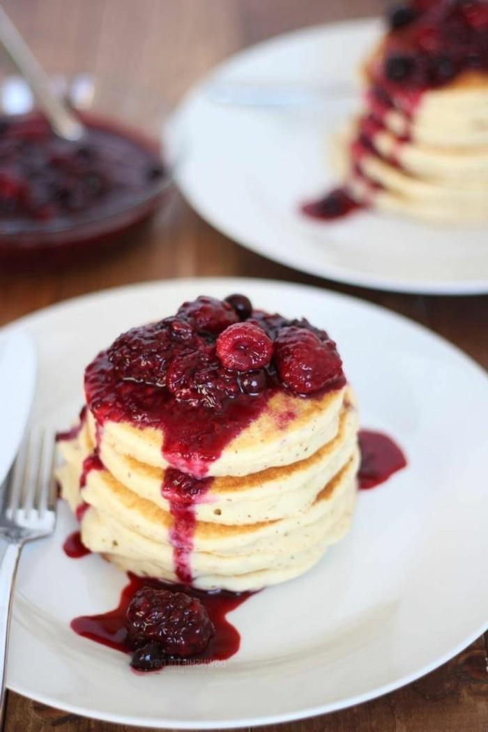 rote-gruetze-kuchen-pfannkuchen-ideen-zur-gestaltung-und-servieren-tolle-vorstellung-ideen-fruechte-sosse