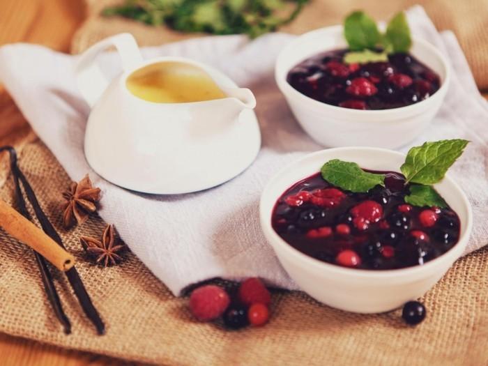 rote-gruetze-kuchen-suesse-verwoehnung-aus-fruechte-gesund-lecker-wunderschoen-mit-eiercreme-zimt-und-andere-aroma