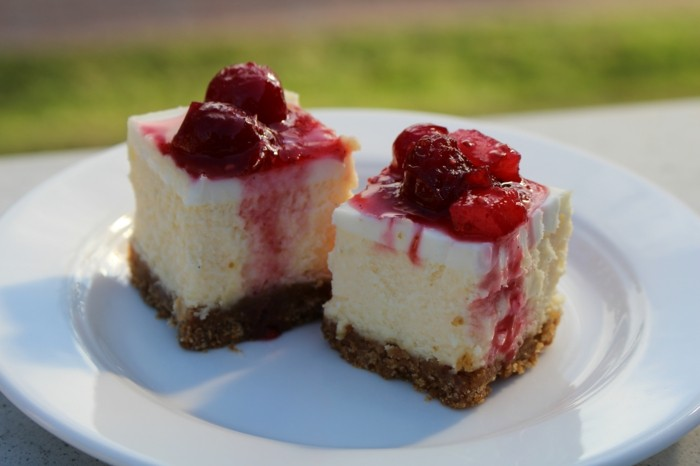 rote-gruetze-kuchen-yogurt-creme-weiße-schokolade-kekse-ideen-getsaltung-fruechten-creme-sosse-torte
