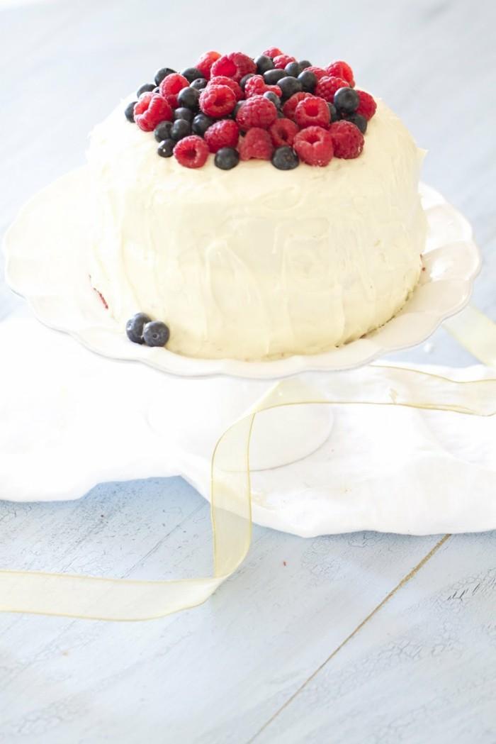 rote-gruetze-pulver-weisse-torte-mit-himbeeren-und-blaubeeren-als-deko-hochzeitstorte-ideen