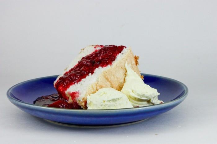 rote-gruetze-pulver-zum-kuchen-machen-engelkuchen-mit-roter-konfituere-zwischen-den-blaettern-eis-beilage