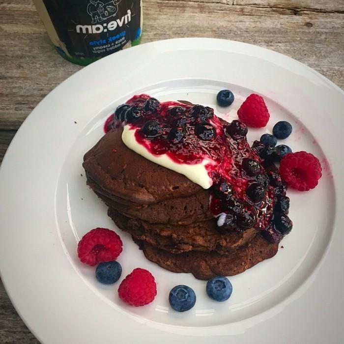 rote-gruetze-torte-idee-fuer-fitness-fans-torte-aus-pfannkuchen-mit-eiweiss-puder-schokolade