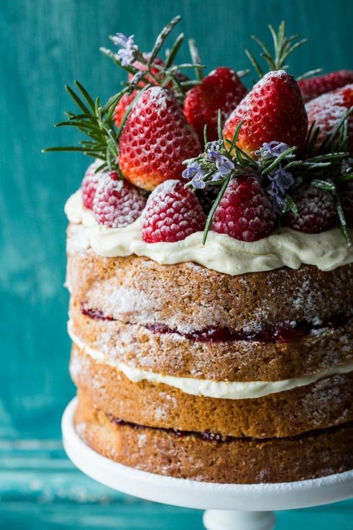 rote-gruetze-torte-mehrstockig-mit-viel-saft-aus-echte-fruechten-blumen-dekoration-erdbeeren
