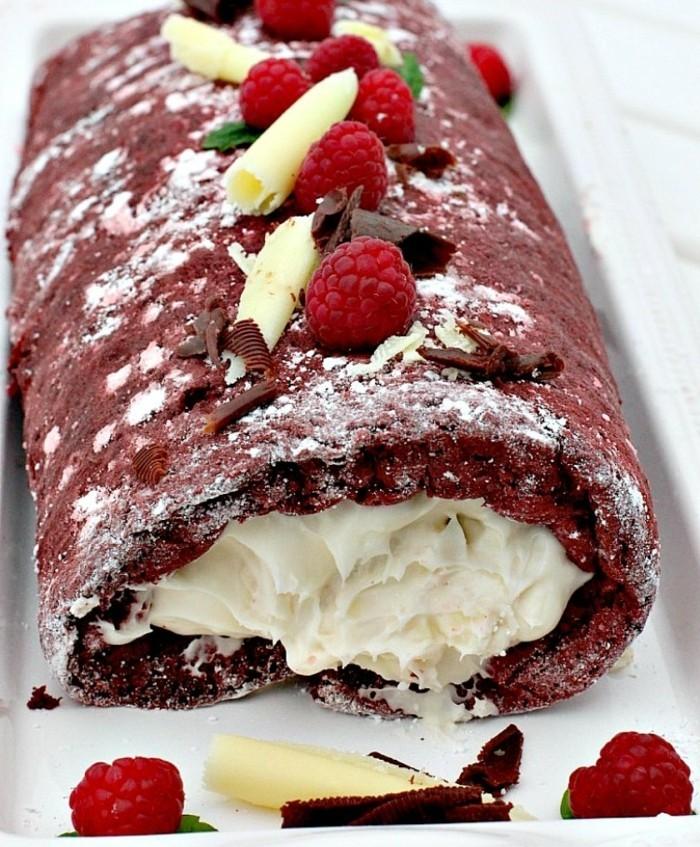 rote-lebensmittelfarbe-rollkuchen-himbeere-sahne-creme-weisse-schokolade-suessigkeiten-zum-geniessen-ideen