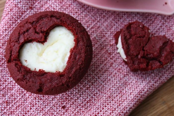 roter-kuchen-aus-einem-keks-zwei-andere-machen-herzchen-form-weiss-und-rot-teig-kekse-zum-valentinstag-liebe-feiern