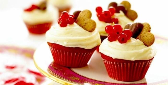 roter-kuchen-moderne-gestaltung-von-muffins-in-rot-und-weiss-deko-herzchen-kekse-in-form-von-herz-und-beeren-fruechte
