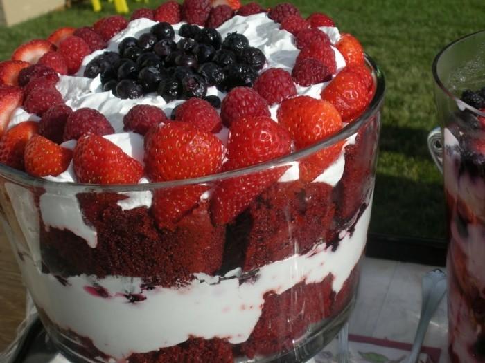 roter-kuchen-parfait-mit-erdbeeren-roter-samtkuchen-sahne-blaubeeren-beeren-fruechte-obst-kuchen