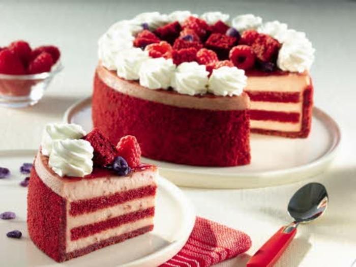 roter-kuchen-torte-aus-samtkuchen-gestalten-groesse-und-leckere-torte-zu-speziellen-anlaessen-beeren-deko