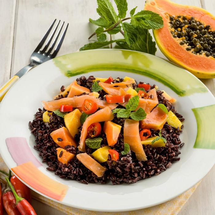 schwarzer reis rezept exotische speise mit reis fisch lachs tomaten minze deko und papaya chilli