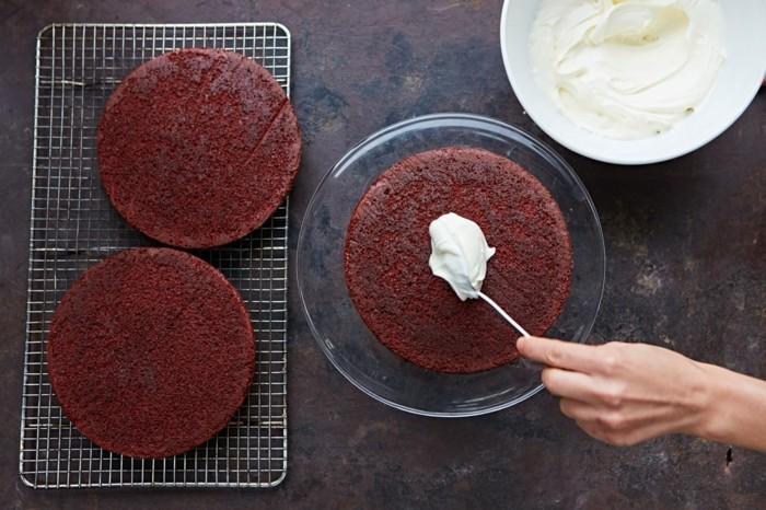 roter-samt-kuchen-blaetter-mit-creme-streichen-roter-teig-sahne-creme-torte-selber-machen-kochen-backen