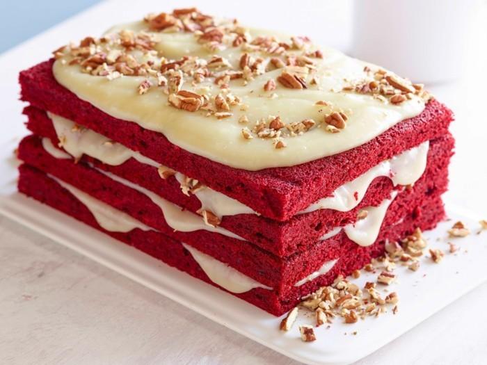 roter-samt-kuchen-roter-kuchen-aus-teig-mit-lebensmittelfarben-kochen-weisse-creme-und-walnuesse-als-deko