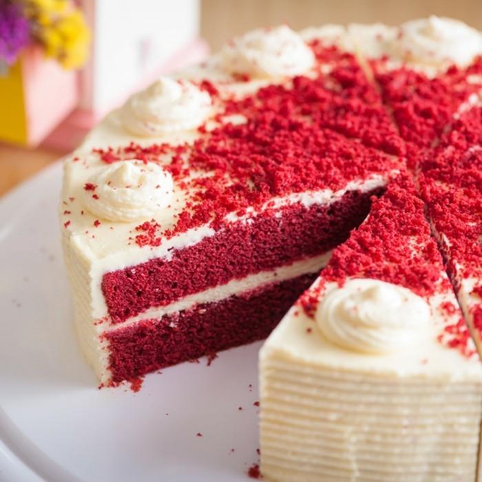 roter-samt-kuchen-torte-kuchen-rote-samtkuchen-ideen-sahne-kruempel-rot-dekorationen-weiss-und-rot