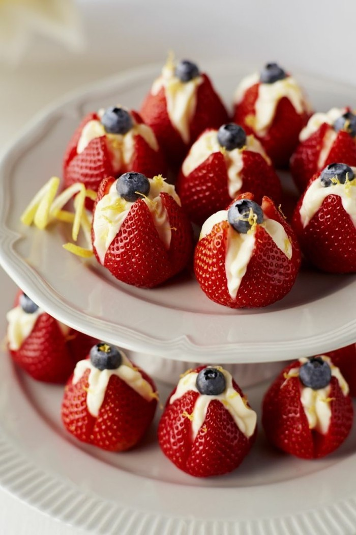 roter-samtkuchen-erdbeeren-mit-sahne-und-blaubeeren-romantische-und-ziemlich-gesunde-variante-dessert-valentinstag