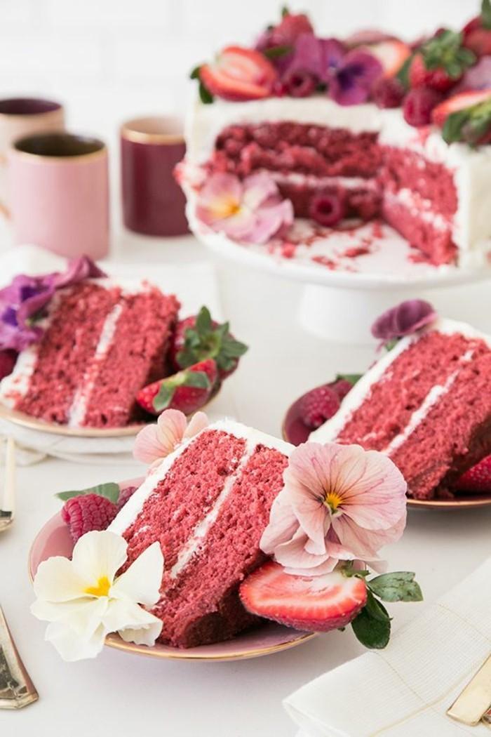 roter-samtkuchen-hochzeitstorte-mit-blumen-und-erdbeeren-dekorieren-hochzeit-in-weiss-und-rot-ideen-kuchen-torte
