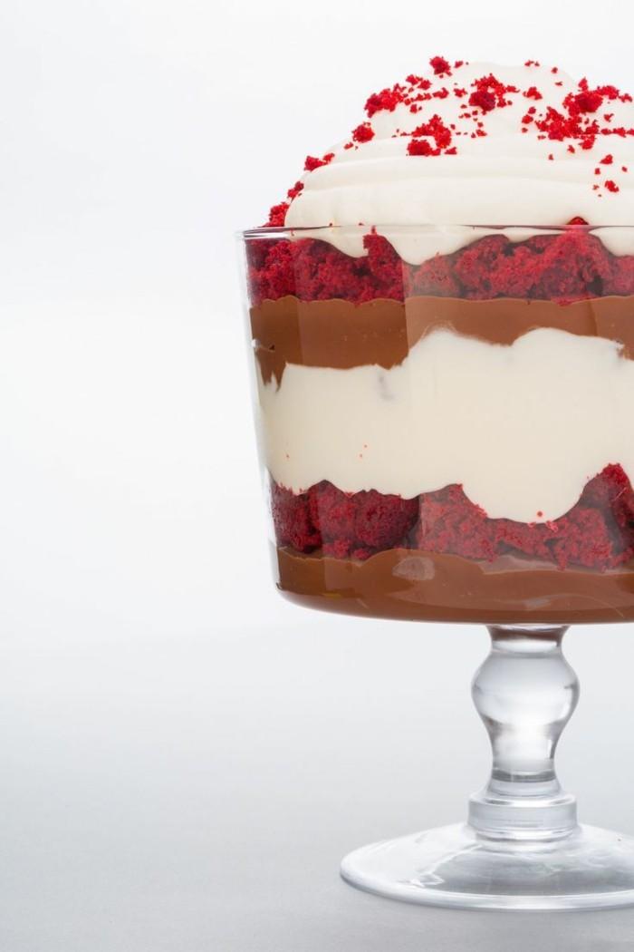 roter-samtkuchen-in-glas-parfait-schokolade-milch-schokolade-creme-weiss-kuchen-teig-und-schoene-deko
