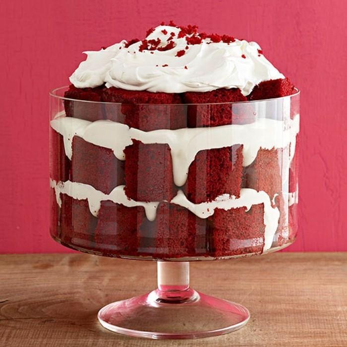 roter-samtkuchen-parfait-mit-rotem-samt-kuchen-in-einem-schoenen-glas-schoene-gestaltung-dessert
