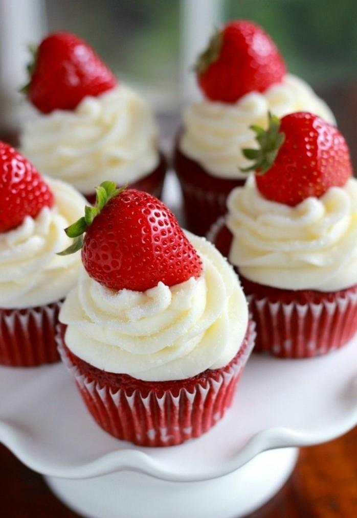 roter-samtkuchen-rote-muffins-selber-backen-gestalten-dekorieren-sahne-erdbeeren-muffin-dessert-essen