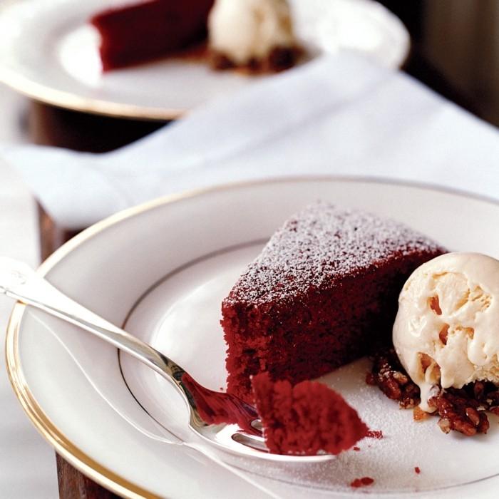 roter-samtkuchen-rote-nachtische-ideen-eis-walnuesse-leckere-desserts-teller-weiss-loeffel-idee-kuchen-backen