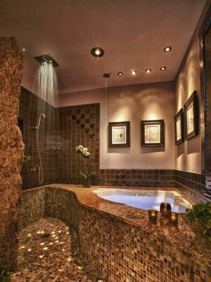 traumbad in braun mit mosaikfliesen, dusche und badewane