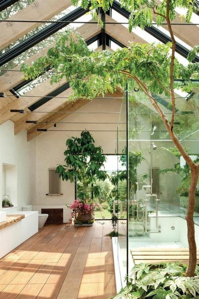 badezimmer in weiß und hellbraun mit vielen bäumen