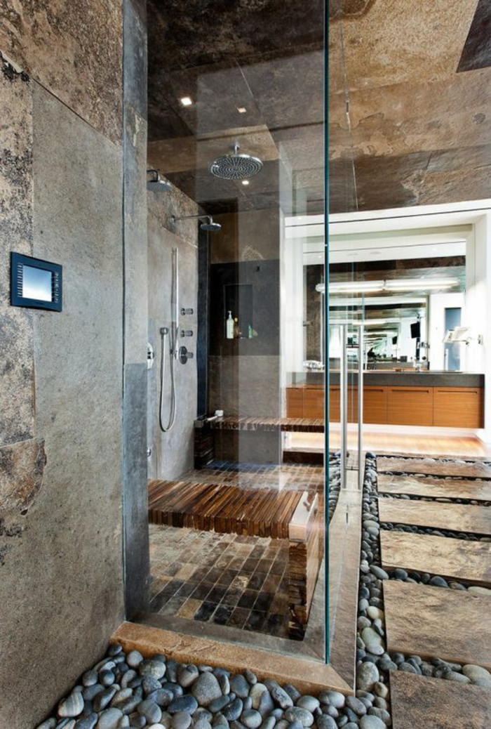 badezimmer mit naturmaterialien mit duschkabinne aus glas