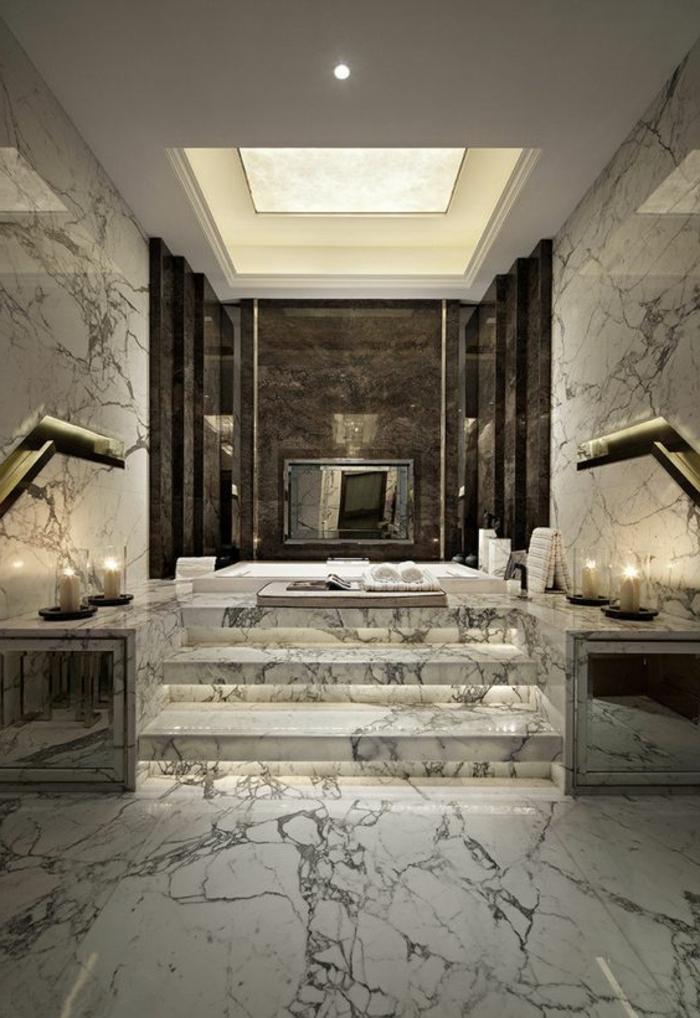 super stilvolles badezimmer mit marmor und droßer badewanne