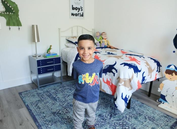 kinderzimmer einrichtung fröhliches kind im eigenen zimmer dinosaurier dekoration lieblingsspielzeug