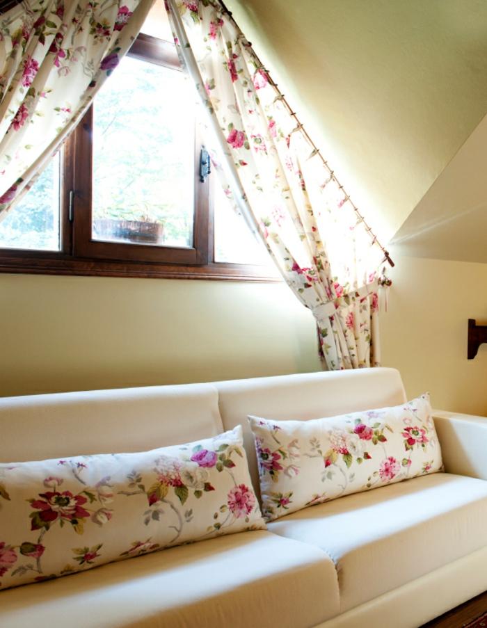 schöner-vorhang-für-dachschrägen-couch-mit-kissen-blumen-prints