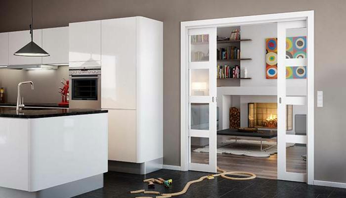 schiebetür-doppelt-glas-weiße-küchenfronten-schwarze-bodenfliesen-laminat-schwarzer-couchtisch-teppich