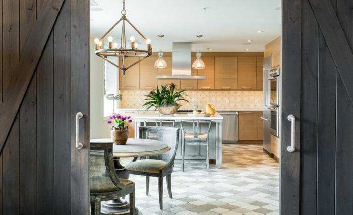 schiebetür-doppelt-holz-mosaikfliesen-antike-stühle-runder-esstisch-offene-küche-mit-theke-indirektes-licht